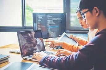 ソフトウェア開発とは?携わる業種や運用までの流れを紹介!